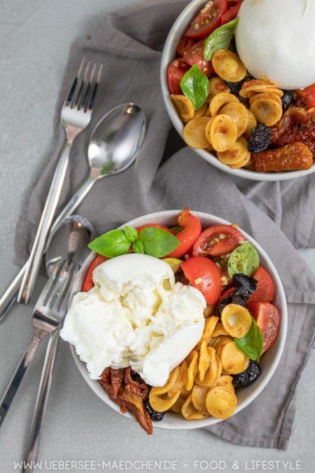 Pasta-Bowl mit Antipasti italienisch mit Pesto Burrata Rezept von ÜberSee-Mädchen