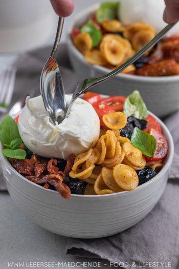 Antipasti-Bowl mit Zucchini Paprika Tomaten Oliven Burrata Rezept von ÜberSee-Mädchen Foodblog vom Bodensee