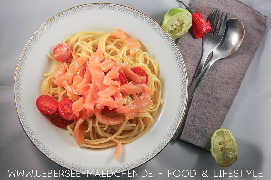 Ein Teller Spaghetti in Sahnesauce mit Räucherlachs nach einem einfachen Rezept