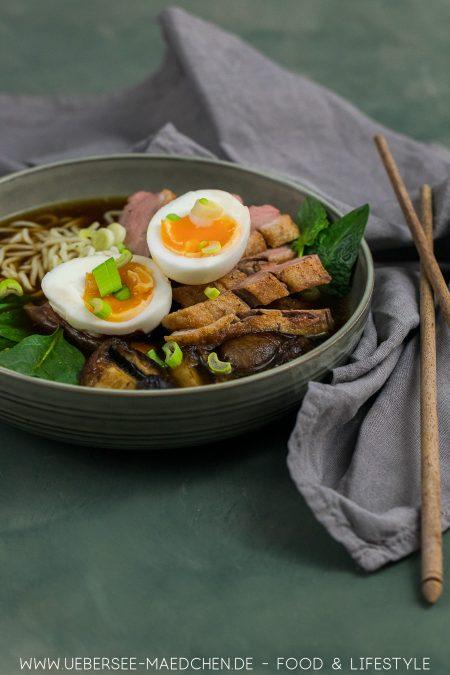 Shoyu-Ramen mit Ente Pilzen Spinat Nudeln Ei einfaches Rezept