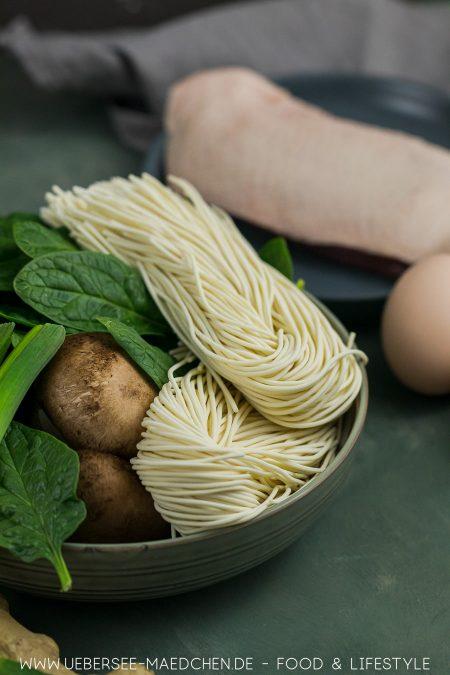 Zutaten für Ramen-Suppe wie in Japan Nudeln und Ente