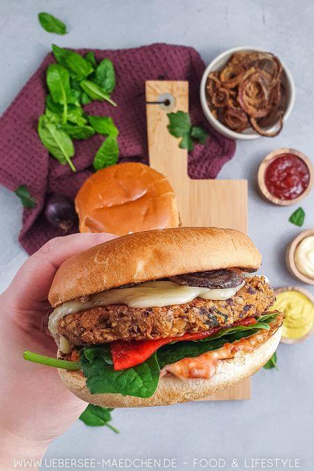Zum Reinbeißen: Vegetarischer Burger mit Kidneybohnen-Pattie und Röstzwiebeln