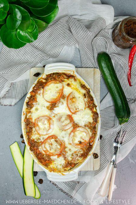 Auflaufform mit Zucchini-Lasagne Rezept low carb mit Bolognese-Sauce