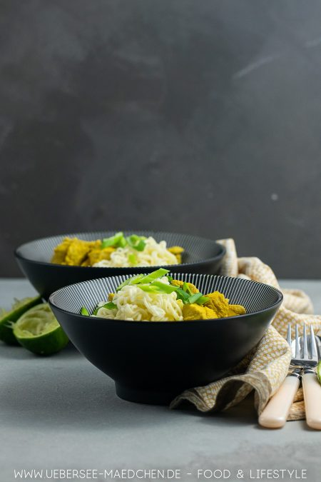 Zwei Teller mit cremiger asiatischer Nudelsuppe