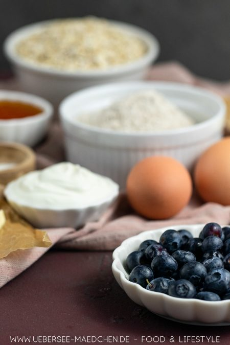 Zutaten für gesunde Frühstücksmuffins mit Beeren Haferflocken Rezept