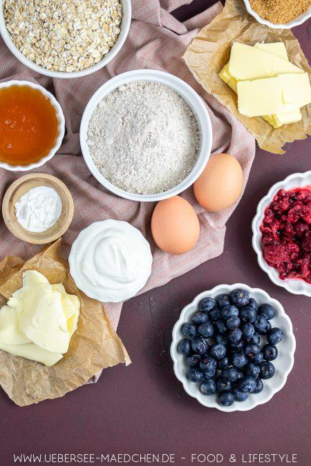 Alle Zutaten für Frühstücksmuffins mit Beeren Honig Joghurt gesundes Rezept von ÜberSee-Mädchen Foodblog