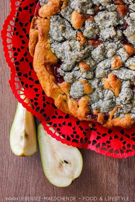 Rührkuchen mit Obst: Rezept für Birnenkuchen mit Preiselbeeren und Mohnstreuseln von ÜberSee-Mädchen Foodblog vom Bodensee