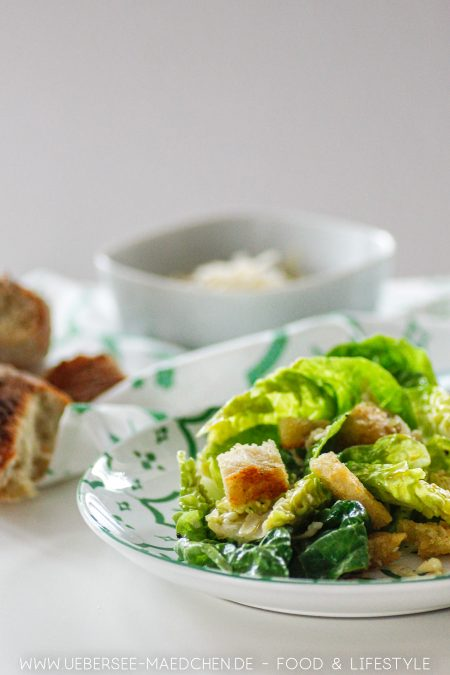 Wenige gute Zutaten: Romana-Salat mit Parmesan Croutons Dressing ist original Caesar Salad