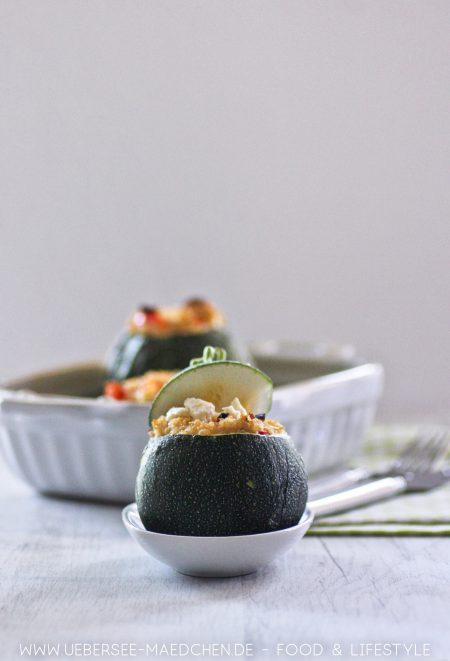 Leichtes Ofengericht: Gefüllte Zucchini mit Quinoa und Feta Rezept