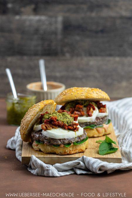 Burger mediterran mit Pesto und Mozzarella Rezept von Foodblog ÜberSee-Mädchen