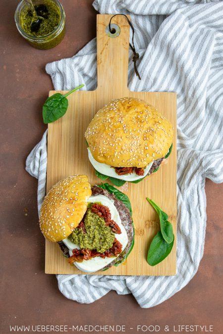 Rezept für zwei Burger mit Pesto und Mozzarella