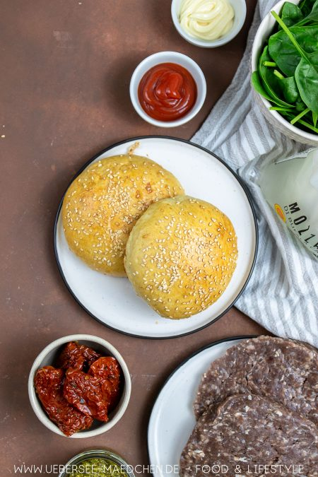 Zutaten für mediterraner Burger mit Pesto und Mozzarella von ÜberSee-Mädchen Foodblog vom Bodensee