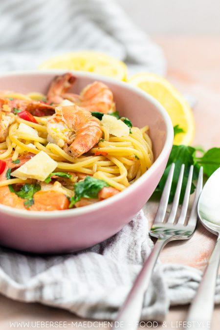 Ein Teller Pasta mit Garnelen in Weißweinsauce mit Knoblauch Chili Zitrone von ÜberSee-Mädchen Foodblog