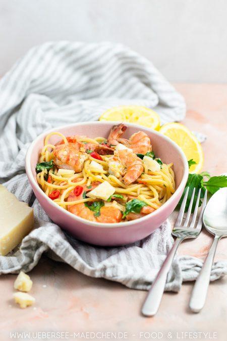 Ein Teller Pasta mit Garnelen in Weißweinsauce wie beim Italiener Rezept