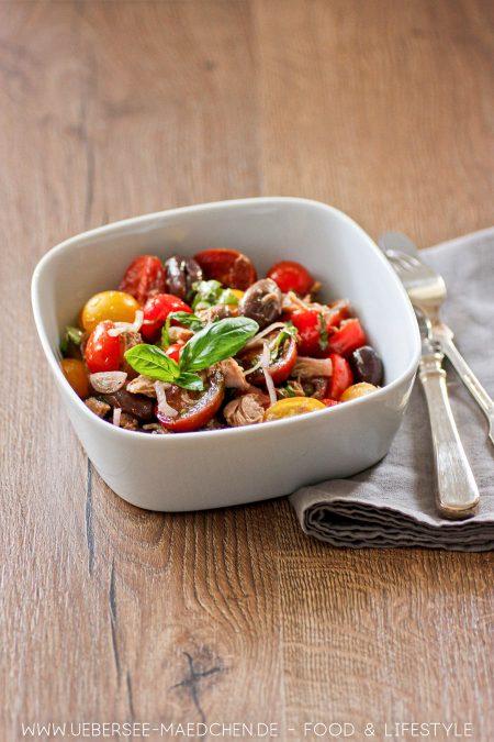 Tomatensalat besser mit Thunfisch Oliven Zwiebeln Jamie Oliver Rezept von ÜberSee-Mädchen Foodblog vom Bodensee