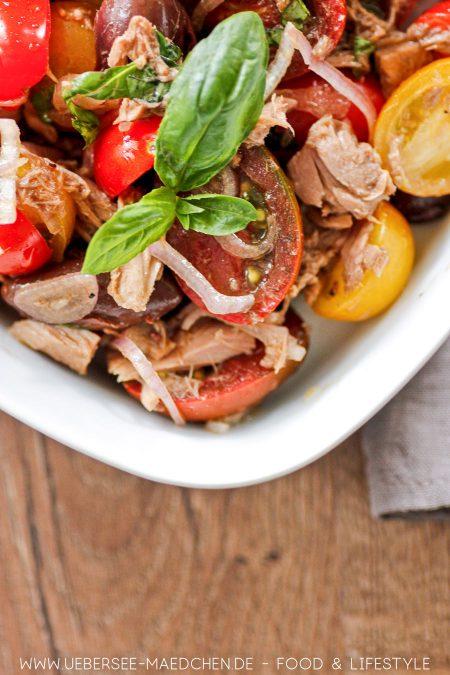 Bunte Tomaten, Thunfisch und Oliven ergeben leckeren Salat Rezept nach Jamie Oliver