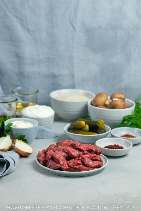 Zutaten für russischen Klassiker mit Rindfleisch Zwiebeln Sahne Pilzen Rezept