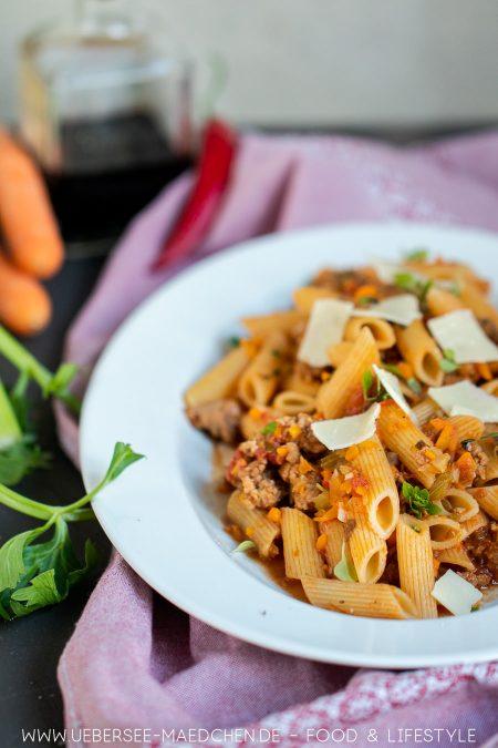 Ein großer Teller mit Jools Pasta schnelles einfaches Pastarezept von Jamie Oliver