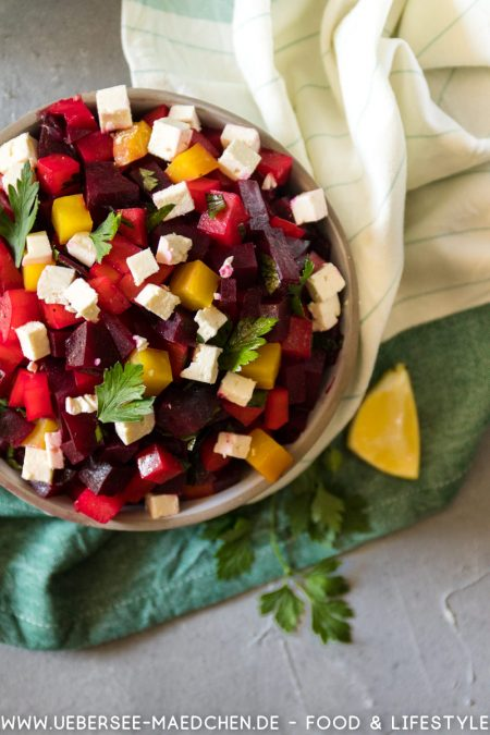Lecker bunter Salat mit roter Bete Schafskäse und Petersilie