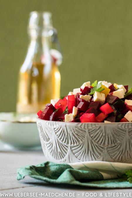 Eine Schüssel Rote-Bete-Salat mit Feta