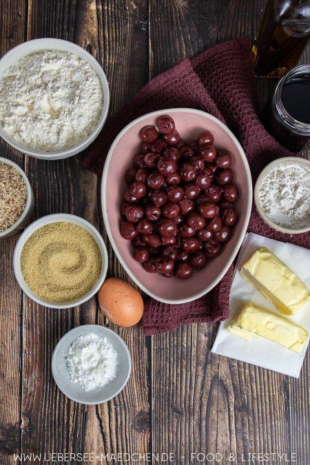 Zutaten für einen Obstkuchen mit Kirschen und Streuseln