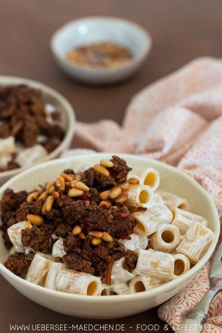 Zwei Teller türkische Pasta mit Joghurtsauce und Hackfleisch