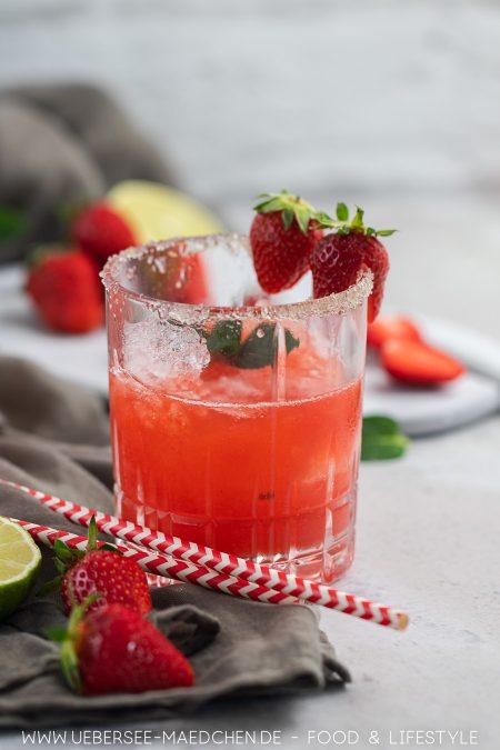 Ein Glas Daiquiri mit Erdbeeren kubanischer Cocktail