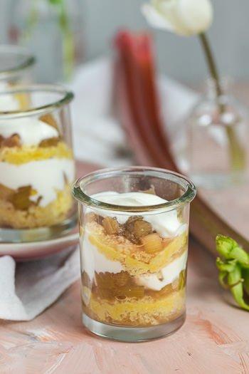 Rhabarber-Schichtdessert mit Biskuit Joghurt Rezept von ÜberSee-Mädchen Foodblog vom Bodensee