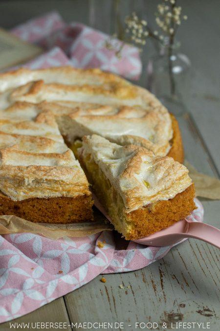 Ein Stück Rhabarber-Kuchen mit Eiweißdecke Tröpfchenkuchen
