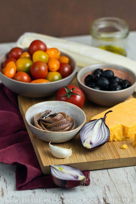 Zutaten für Tarte mit Blätterteig Tomaten Sardellen Oliven