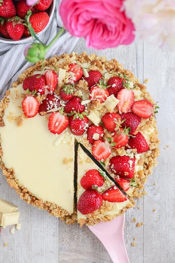 Erdbeer-Tarte ohne Backen mit Mascarpone Schokolade Rezept von ÜberSee-Mädchen Foodblog vom Bodensee Titel