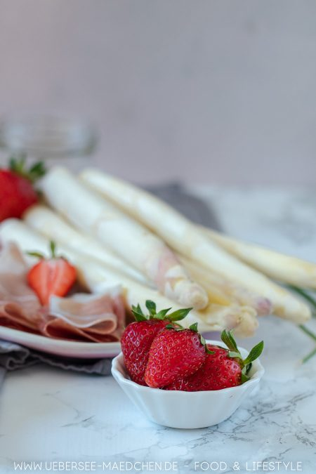 Erdbeeren machen Spargelsalat schön fruchtig Rezept