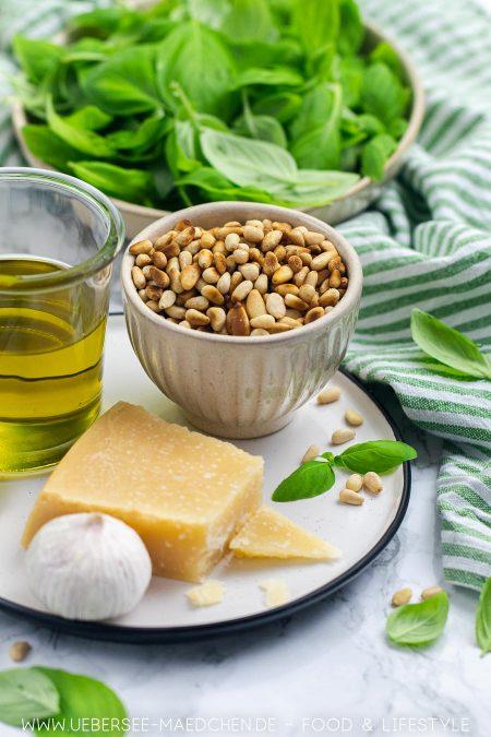 Zutaten für grünes Pesto genovese aus Basilikum Pinienkernen Parmesan Knoblauch