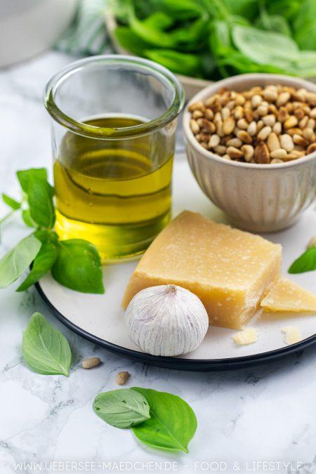 Fünf Zutaten für grünes Pesto genovese