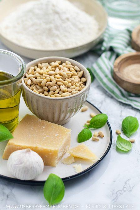Zutaten für Hefeknoten mit Basilikum-Pesto Rezept