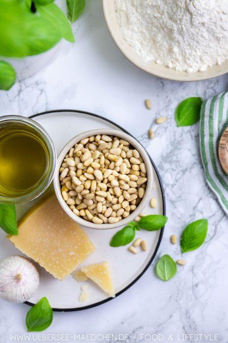 Zutaten für Basilikum-Pesto für Hefeknoten