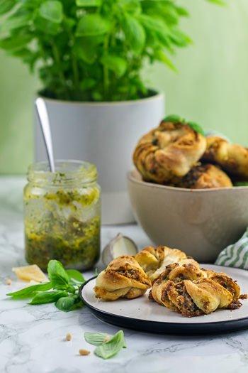 Hefeknoten mit Basilikum-Pesto Rezept von ÜberSee-Mädchen Foodblog vom Bodensee