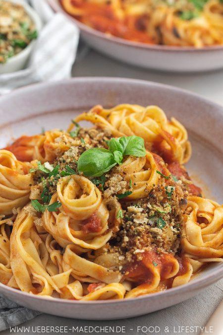 Selbstgemachte Nudeln mit Tomaten-Sardellen-Sauce