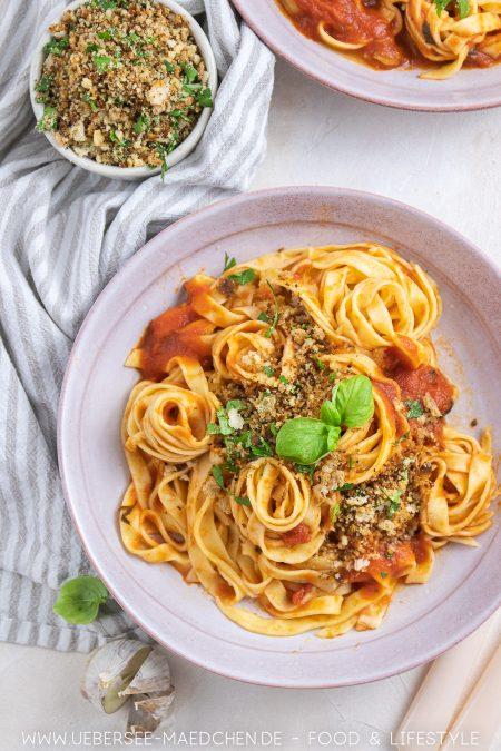 Teller Pasta mit Tomaten-Sardellen-Sauce und Brotkrümeln