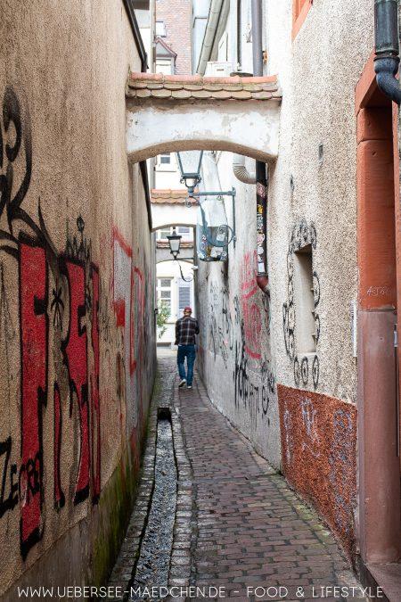 Eine von Freiburgs schmalen Gassen