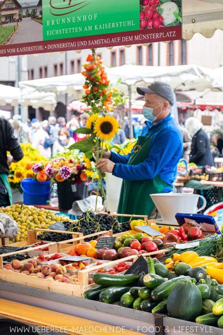 Sonnenblumen am Gemüsestand am Münstermarkt Freiburg