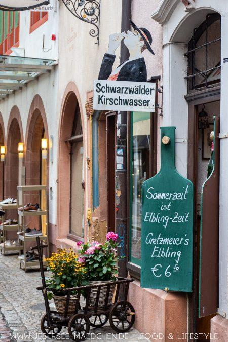 Eine Gasse in Freiburg bietet Schwarzwälder Kirschwasser