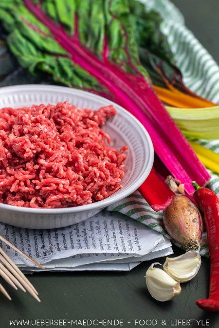 Hackfleisch wird vietnamesisch gewürzt in Mangold gedünstet